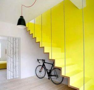 κιτρινα σκαλια και τοιχος