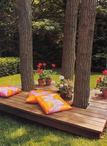 ξύλινη βεράντα δέντρα μαξιλάρια