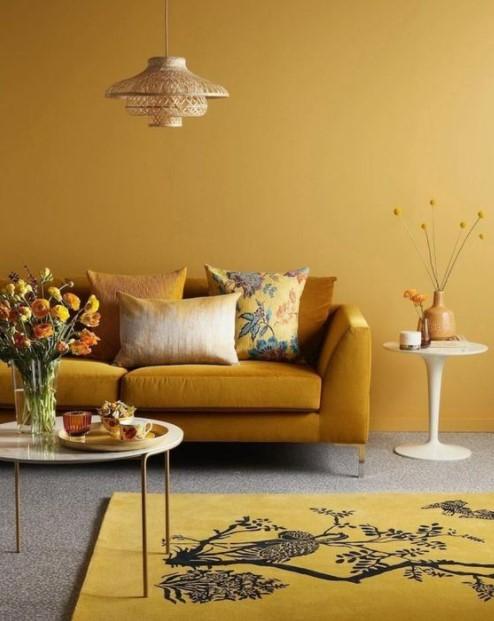 μουσταρδί τοίχος καναπές χαλί