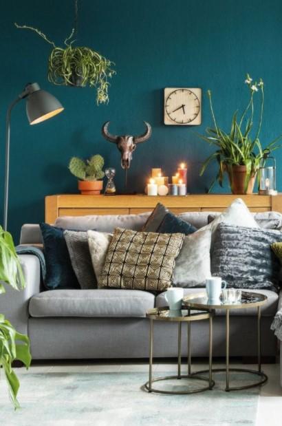μπλε τοίχος καναπές μαξιλάρια