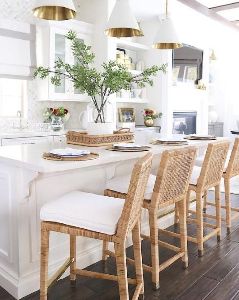 πάγκος με καρέκλες στη κουζίνα