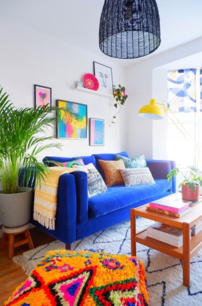 πολύχρωμο σαλόνι μπλε καναπές