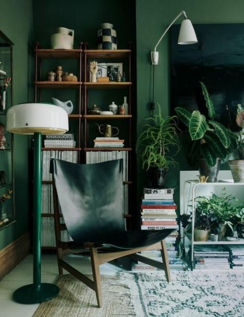 πράσινος τοίχος δερμάτινη πολυθρόνα