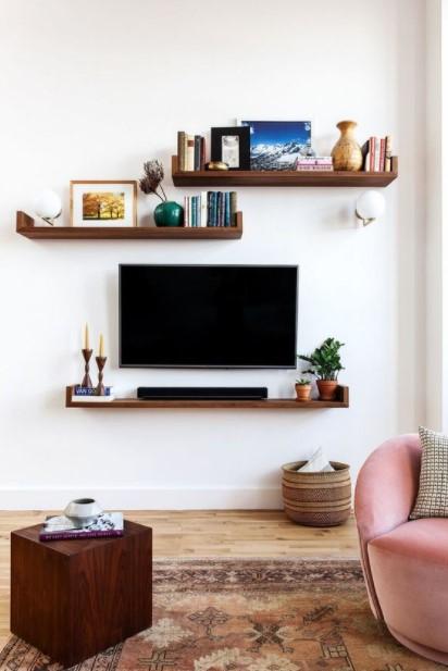 τηλεόραση στον τοίχο ράφια έπιπλα μικρό σπίτι