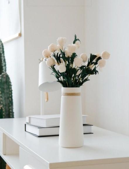άσπρο βάζο με τριαντάφυλλα