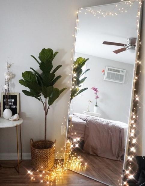 φωτάκια γύρω από έναν καθρέφτη δαπέδου