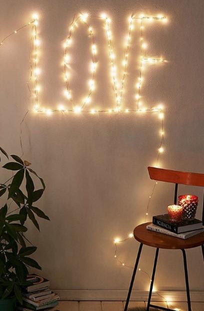 φωτάκια που σχηματίζουν τη λέξη love