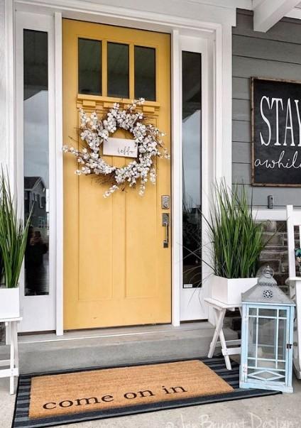 κίτρινη πόρτα εισόδου στο σπίτι