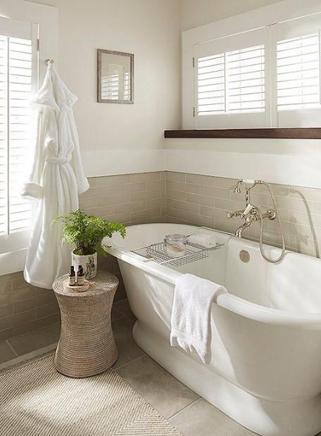 κομψό μπάνιο σε μπεζ και λευκό χρώμα
