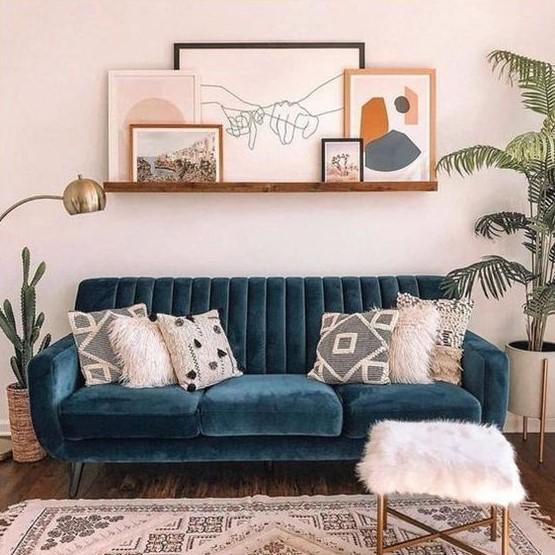 μπλε καναπές στο σαλόνι