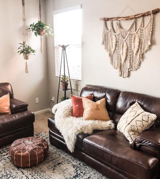σαλόνι καφέ καναπές μακραμέ διακοσμητικό