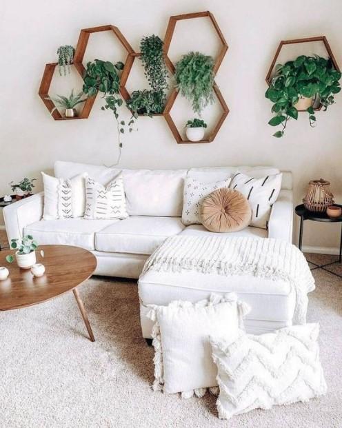 άσπρος καναπές ράφια φυτά