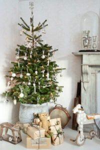 σταμνα κατω απο Χριστουγεννιάτικο δέντρο