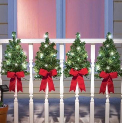 διακόσμηση στα κάγκελα του μπαλκονιού τα χριστούγεννα