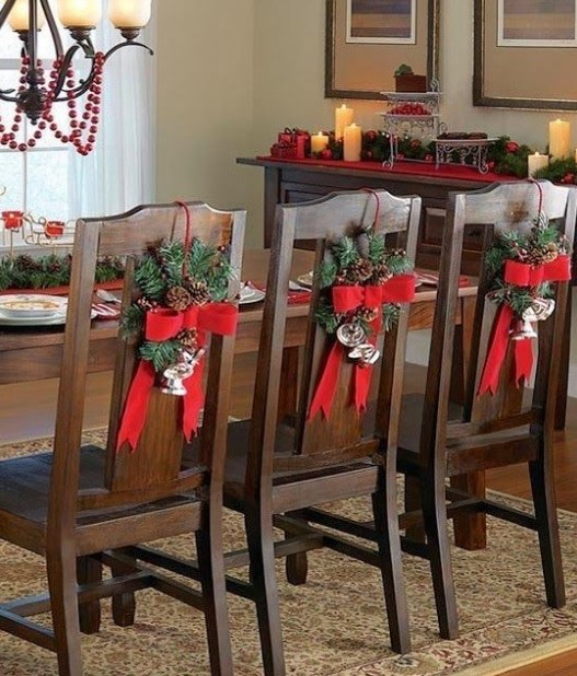 διακόσμηση στις καρέκλες της τραπεζαρίας