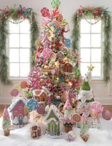 χριστουγεννιάτικο δέντρο με διακοσμητικά