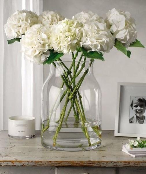 γυάλινο βάζο με λουλούδια