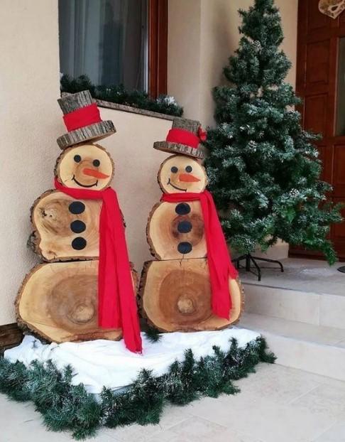 κατασκευή από κορμούς δέντρων χιονάνθρωποι