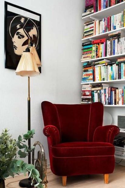κόκκινη βελούδινη πολυθρόνα βιβλιοθήκη