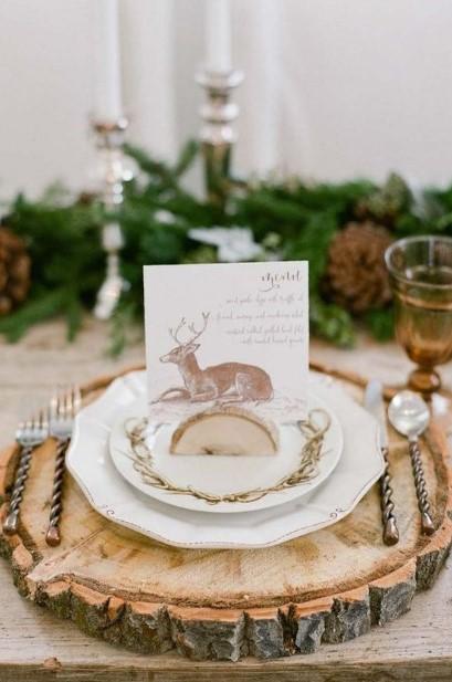 ξύλινη διακόσμηση στο χριστουγεννιάτικο τραπέζι