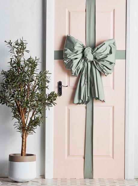 στολισμός πόρτας με κορδέλα τα χριστούγεννα