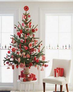 τραπεζάκι κάτω απο χριστουγεννιάτικο δέντρο