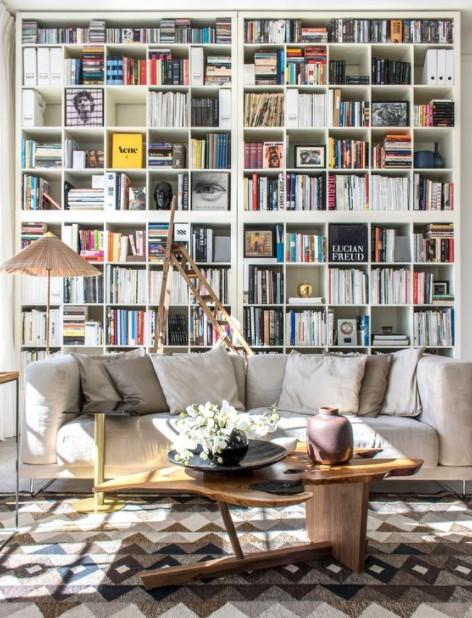βιβλιοθήκη πίσω από καναπέ