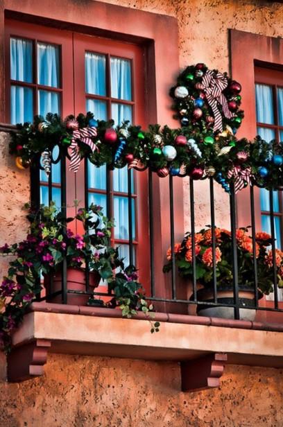 χριστουγεννιάτικη διακόσμηση στα κάγκελα στο μπαλκόνι