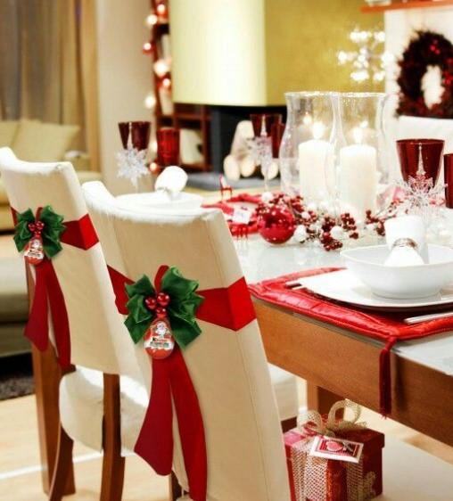 χριστουγεννιάτικο decor στις καρέκλες τραπεζαρίας
