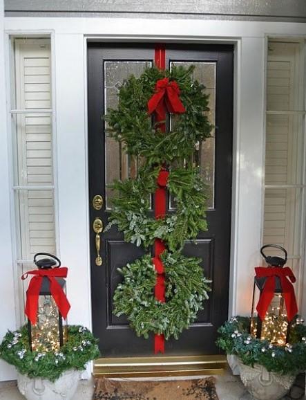 χριστουγεννιάτικη διακόσμηση εξώπορτας με κορδέλα