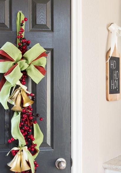 χριστουγεννιάτικος στολισμός πόρτας με φιόγκο