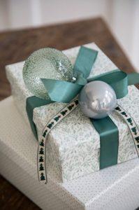 άσπρο ασημί περιτύλιγμα δώρου