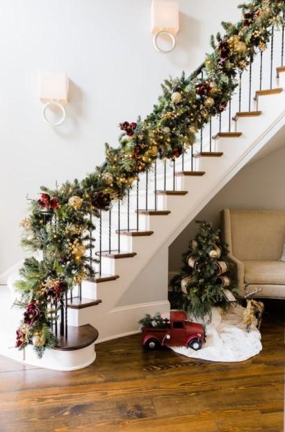 γιρλάντα σκάλα στολισμένη χριστουγεννιάτικα διακοσμητικά