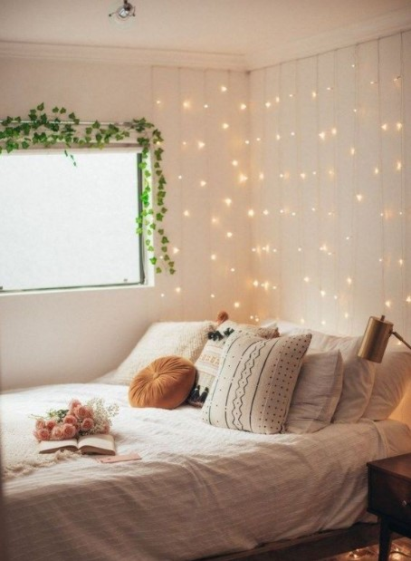 κρεβάτι φωτάκια βροχή τοίχος