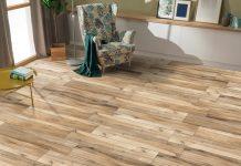 ξύλινο πάτωμα πολυθρόνα τραπέζι