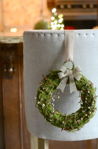 στεφάνι κρεμασμένο καρέκλα χριστουγεννιάτικα διακοσμητικά
