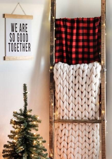 χριστουγεννιάτικος στολισμός σε γωνία του σπιτιού