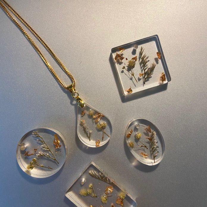 διαφορετικές και μοναδικές ιδέες κοσμηματων από υγρό γυαλί