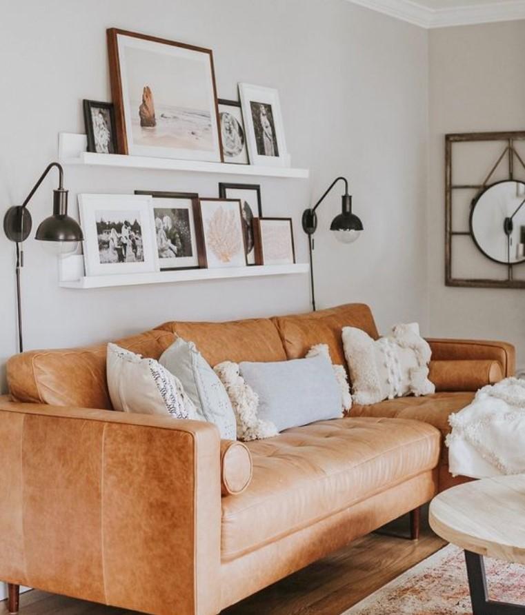 διακόσμηση με κάδρα πίσω από τον καναπέ