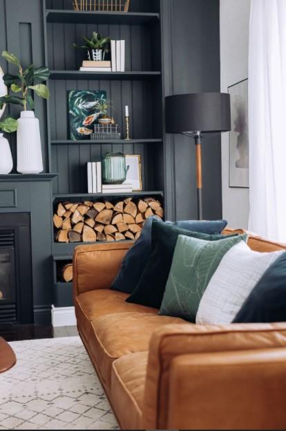 καφέ καναπές σκούρος τοίχος φωτιστικό