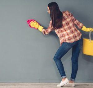 κοπελα καθαριζει τοιχο