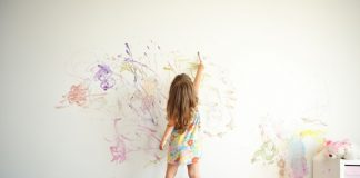κοριτσι βαφει τον τοιχο