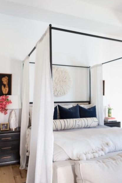 κρεβάτι με ουρανό μπλε μαξιλάρια