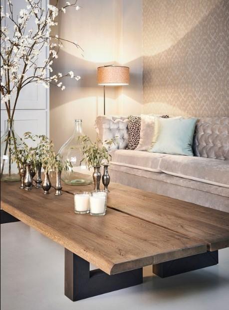 ξύλινο τραπέζι στο καθιστικό