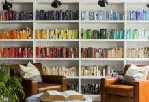 οργανωμένα βιβλία πολυθρόνες πράγματα σπίτι ακατάστατο