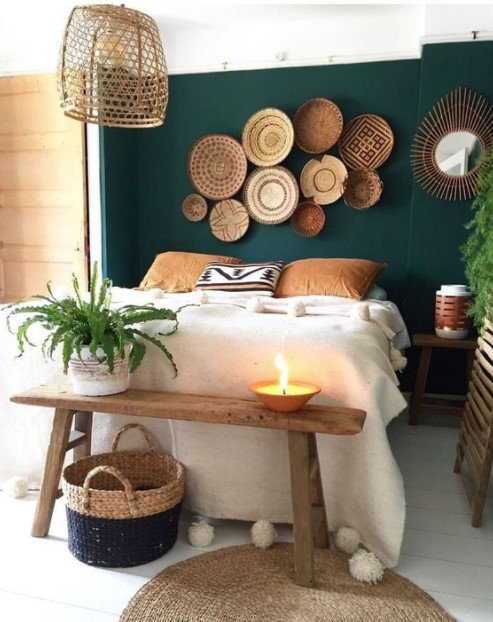 ψάθινα πανέρια υπνοδωμάτιο πράσινος τοίχος