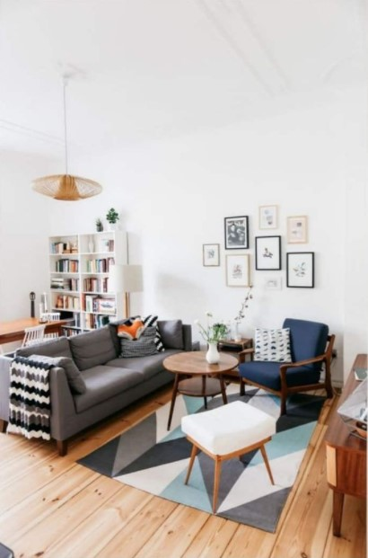 σαλόνι γκρι καναπές μπλε πολυθρόνα ανανεώσεις σαλόνι λίγα χρήματα