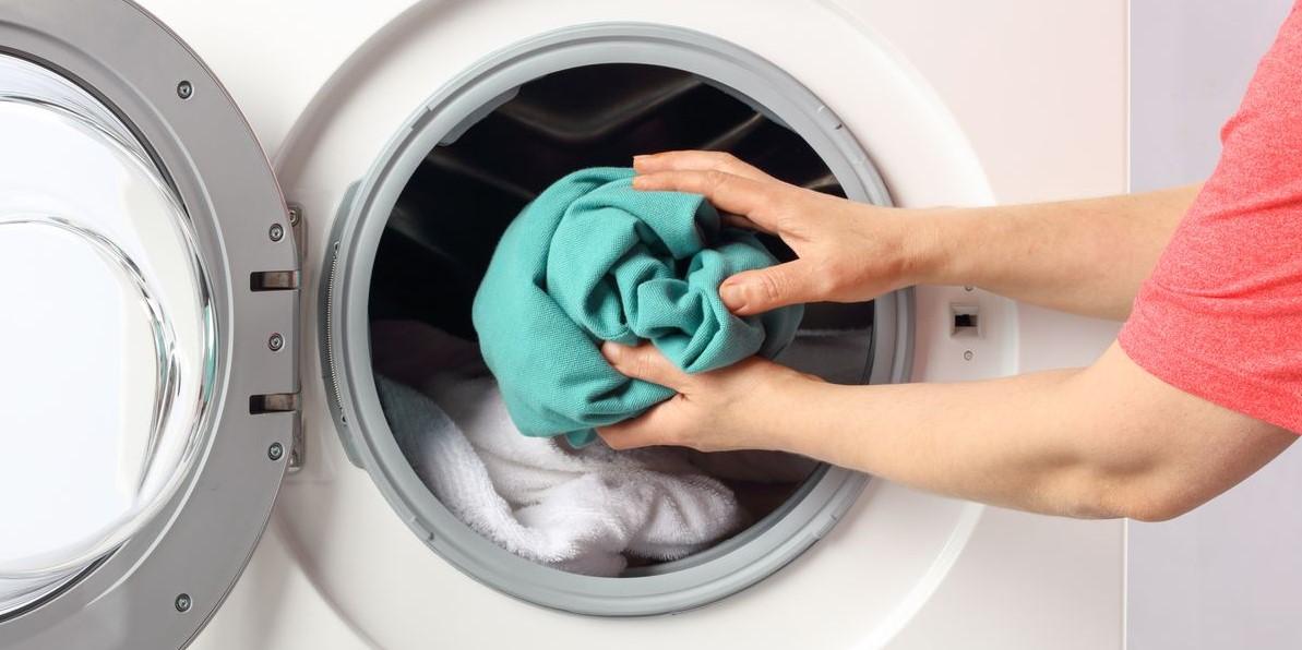 άντρας βάζει ρούχα πλυντήριο ρούχα μυρίζουν ωραία