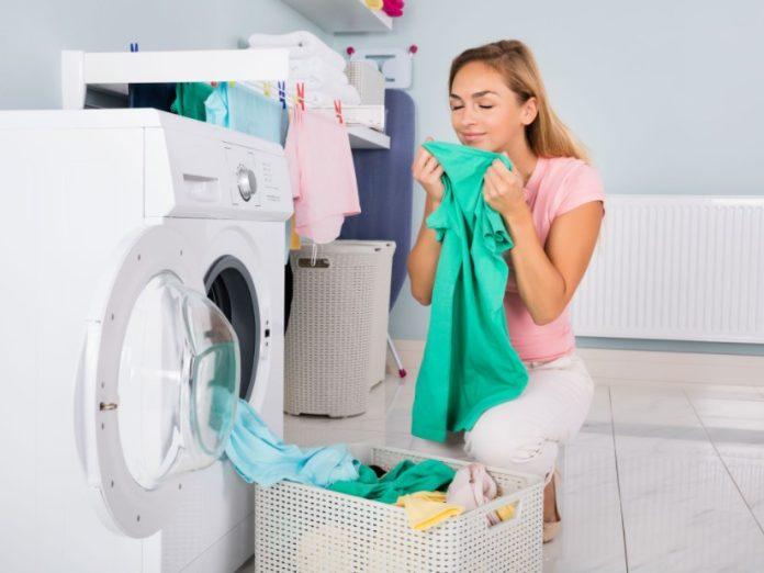 γυναίκα βγάζει ρούχα πλυντήριο ρούχα μυρίζουν ωραία