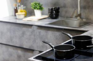 καθαρη κουζινα με σκευη αντικολλητικα
